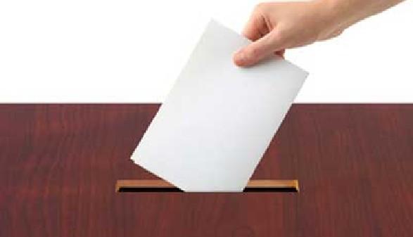 Wahlkarte wird in die Box geworfen © Nikolai Sorokin, Fotolia.com