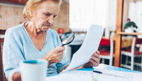 Pensionistin hält einen Zettel in der Hand © and.one, stock.adobe.com