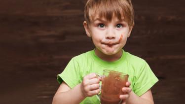 Kind trinkt Kakao © ulza, stock.adobe.com