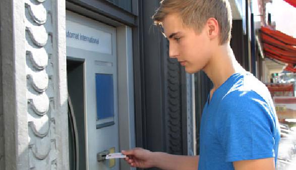 Jugendlicher am Bankomat © wildworx, stock.adobe.com