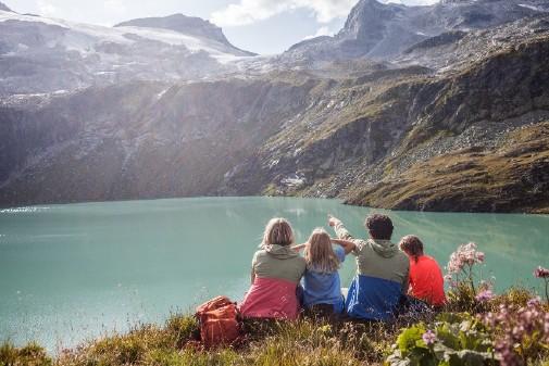 Familie schaut über den Weißsee © Weißsee Gletscherwelt, AK Salzburg