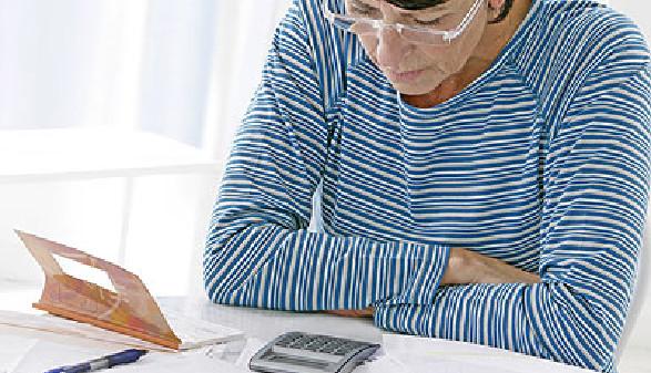 Frau sitzt fragend vor Ihrem Taschenrechner © JPC-PROD, Fotolia.com
