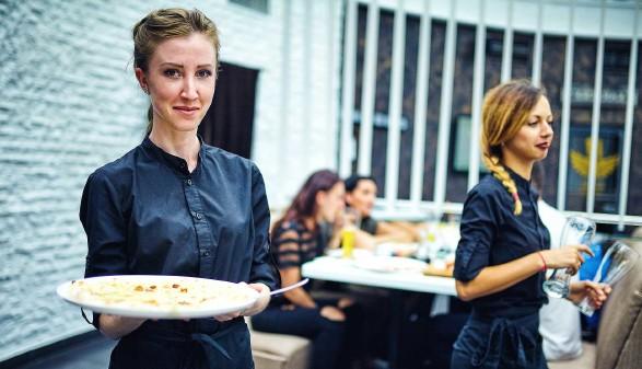 Kellnerin beim Servieren einer Mahlzeit © 6okean, stock.adobe.com