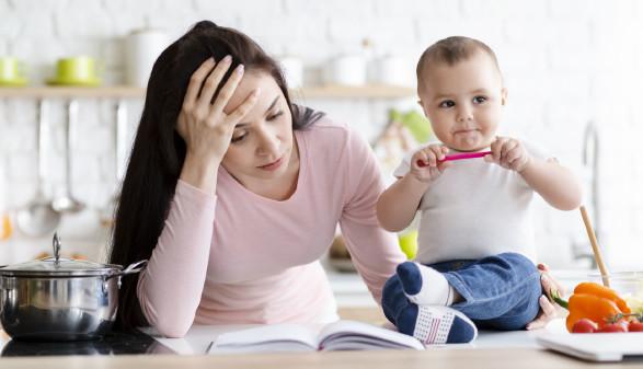 Mutter versucht verzweifelt, Kinderbetreuung zu organisieren © Prostock-studio, stock.adobe.com