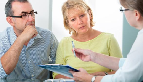 Ehepaar ist skeptisch bezüglich Vertrag © Alexander Raths, fotolia.com