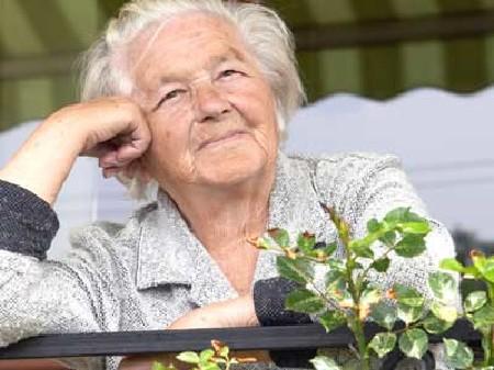 Alte Frau steht am Balkon und lächelt © absolut, fotolia.com