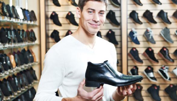 Mann in einem Schuhgeschäft © Kadmy, Fotolia.com