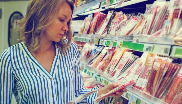 Junge Frau schaut sich abgepackte Wurst an © dmitrimaruta , stock.adobe.com