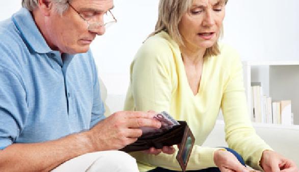 Mann und Frau beim zählen des Geldes am Monatsende © Robert Kneschke, Fotolia.com