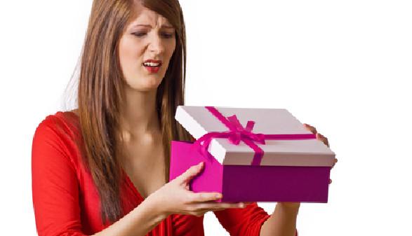 Frau ist schockiert über ihr Geschenk. © Light Impression, fotolia.com