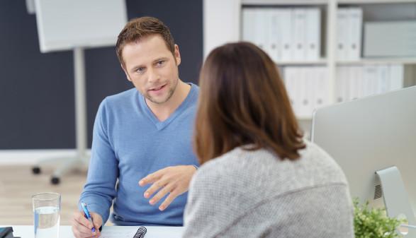Frau wird von Mann beraten © contrastwerkstatt, stock.adobe.com