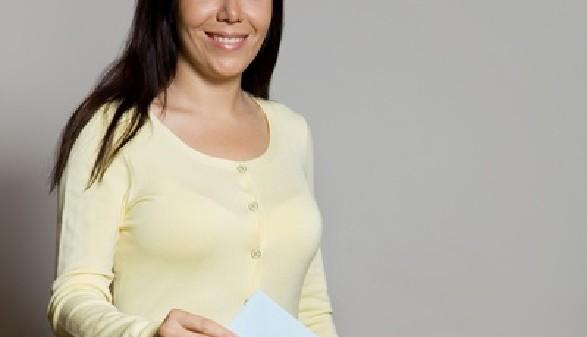 Frau wirft Wahlkarte in die Wahlurne ein © Gina Sanders, Fotolia