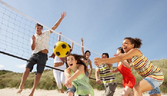 Junge Menschen spielen Beachvolleyball © Monkey Business Images, fotolia.com