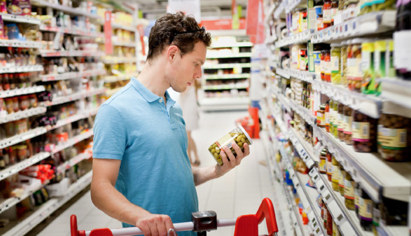 Konsument überprüft Haltbarkeitsdatum beim Einkauf. © anyaberkut, Fotolia.com