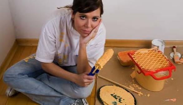 Frau malt aus © Bilderbox, Fotolia