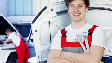 Mechanikerlehrling bei der Arbeit © Karin & Uwe Annas, Fotolia