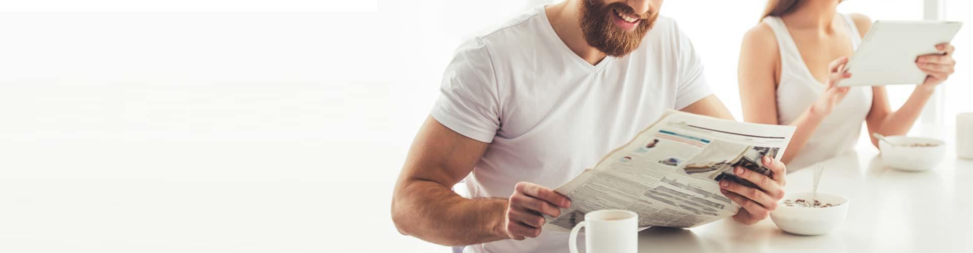 Pärchen liest Nachrichten beim gemeinsamen Frühstück © stock.adobe, stock.adobe