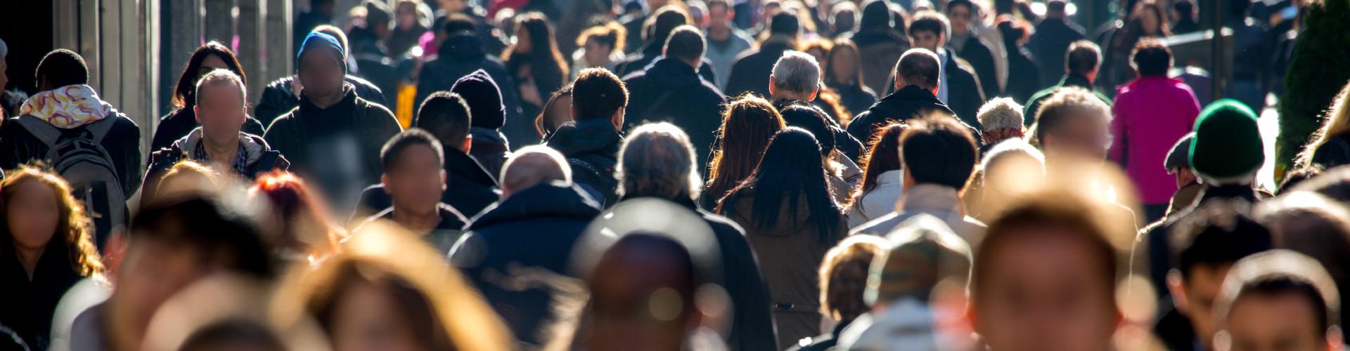 Vielen Menschen auf der Straße © stock.adobe.com, Adobe Stock