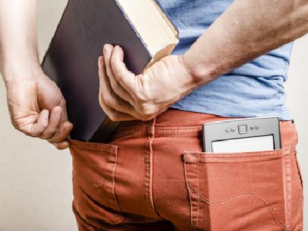 Mann mit E-Book-Reader in der Hostentasche © koldunova - Fotolia, AK Salzburg