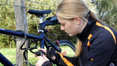 Frau sperrt Fahrrad mit Fahrradschloss ab © DanRace, stock.adobe.com
