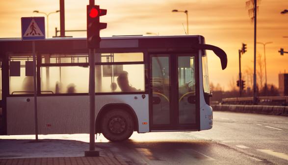Bus biegt in Kreuzung ein © stock.adobe.com