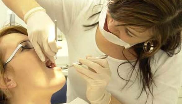 Zahnärztliche Fachassistentin schaut sich die Zähne einer Patientin an © www.BilderBox.com, www.BilderBox.com