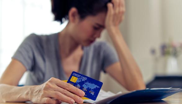 Verzweifelte Frau mit Kreditkarte © awee, stock.adobe.com