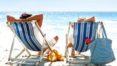 Am Strand liegen und die Sonne genießen © Yuri Arcurs, Fotolia.com