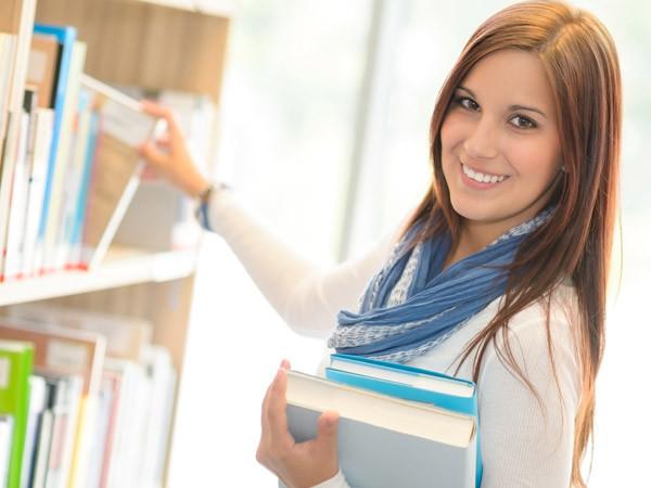 Frau in Bibliothek © CandyBox Images, Fotolia.com