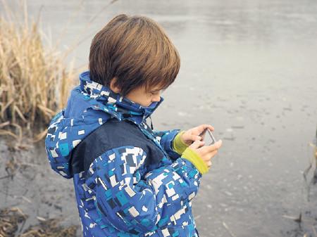 Kind mit Handy am Spielen © ffly, fotolia.de