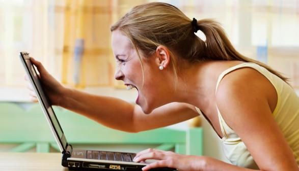 Junge Frau schreit Computer an © Gina Sanders, stock.adobe.com