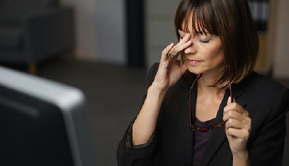 Frau arbeitet abends und ist müde © contrastwerkstatt, Fotolia