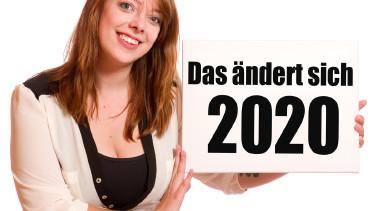 Frau hält Tafel mit der Jahreszahl 2020 © VRD, stock.adobe.com