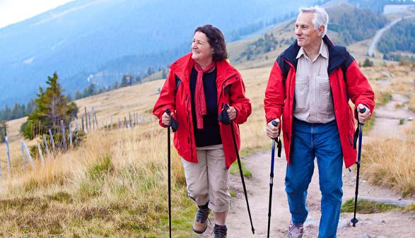 Älteres Paar wandert in den Bergen © Patrizia Tilly, stock.adobe.com
