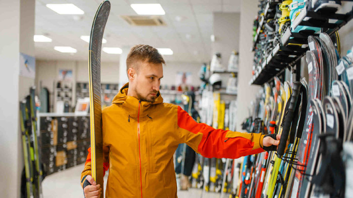 Mann sucht sich einen Ski aus © Nomad_Soul, stock.adobe.com