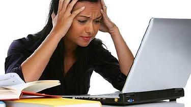 Jugendliche sitzt geschockt vor einem Laptop © bilderbox, Fotolia.com
