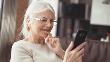 Ältere Dame mit Handy in der Hand © Proxima Studio, stock.adobe.com