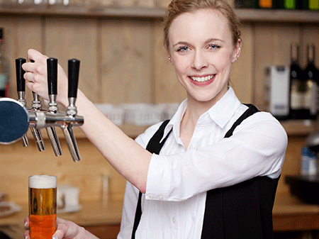 Kellnerin zapft Bier © contrastwerkstatt, Fotolia