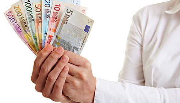 Geld in der Hand - Ausbezahlung von Leistungen © Robert Kneschke, Fotolia.com