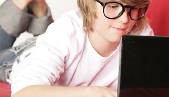 Ein Junge spielt am Laptop © Peter Atkins, fotolia.com