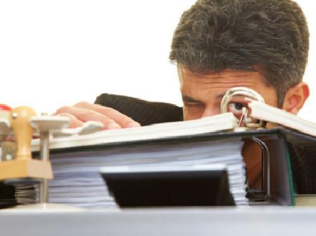 Betriebsrat kontrolliert Unterlagen © Robert Kneschke, Fotolia