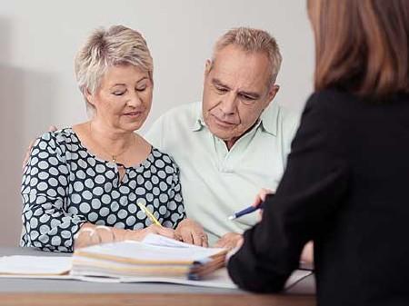 Pensionisten-Ehepaar bei einem Beratungsgespräch © contrastwerkstatt, Fotolia.com