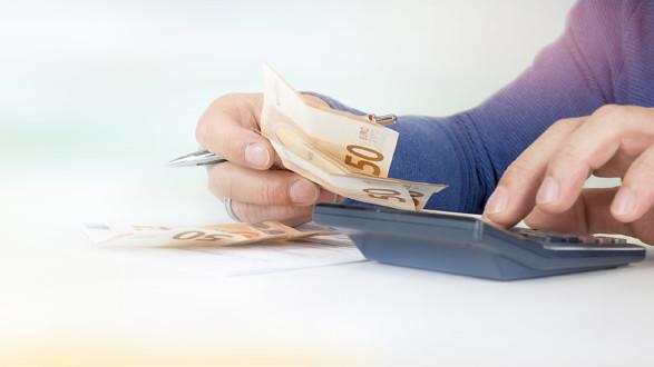 Geld und Tachenrechner © Jozitoeroe, stock.adobe.com