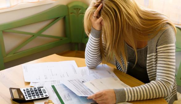 Frau mit Schulden © Gina Sanders, adobe.stock.com