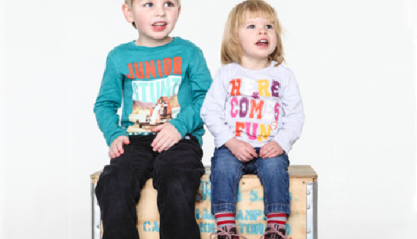 Kleinkinder sitzen auf einer Holzkiste © rico287, fotolia.com