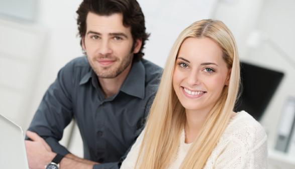 Mann und Frau sitzen vor Laptop © contrastwerkstatt , stock.adobe.com