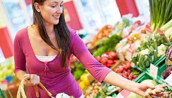 Frau kauft Gemüse und Obst im Supermarkt © Robert Kneschke, Fotolia.com