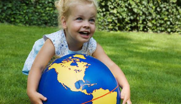 Kleines Mädchen spielt im Garten mit einem Globus © Ramona Heim, fotolia.com