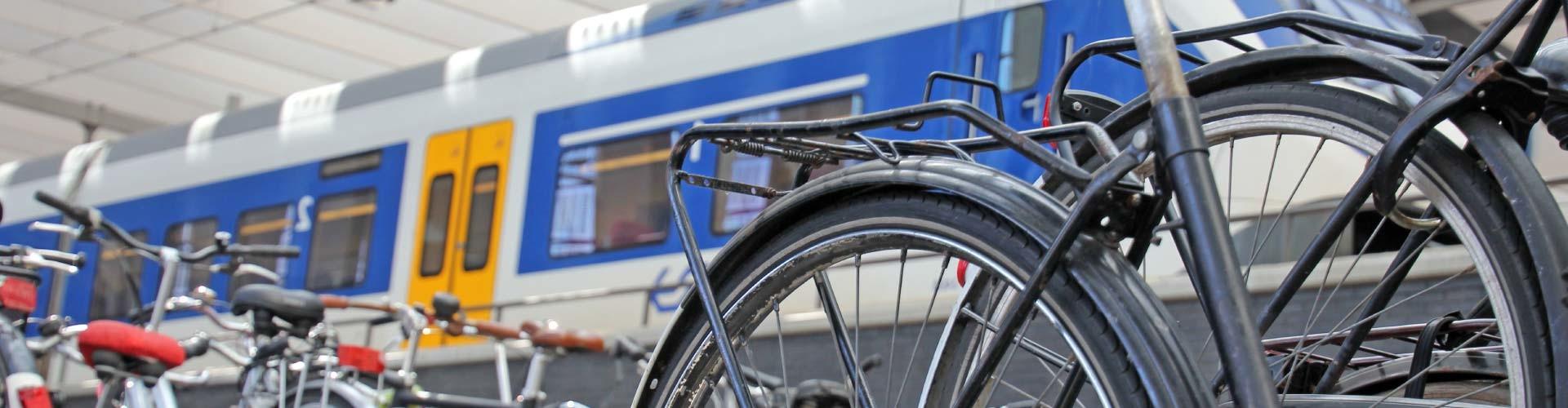 Im Vordergrund stehen Fahrräder, im Hintergrund ein Zug © Schlierner, stock.adobe.com