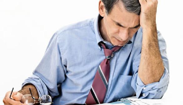 Mann sitzt verzweifelt vor einem Schreiben. © forestpath, Fotolia.com